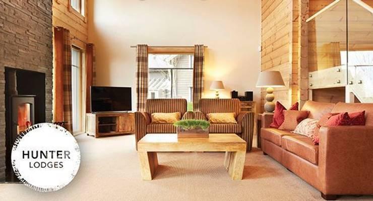 Hunter Lodges at Celtic Manor Resort:  Living room by Lodgico Ltd