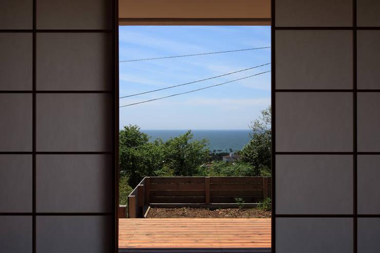 大磯の家: 長浜信幸建築設計事務所が手掛けたテラス・ベランダです。