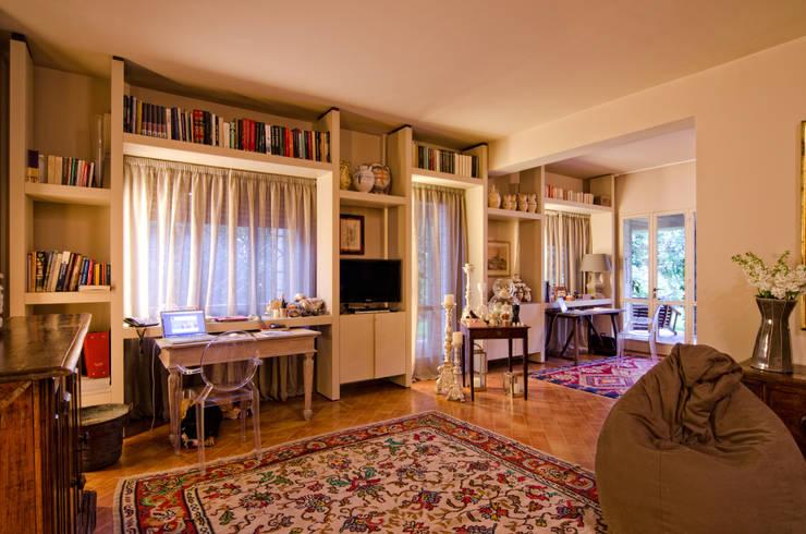 Arredare una villa per uso abitativo  e lavorativo: Stanza dei bambini in stile in stile Classico di Darchitettura