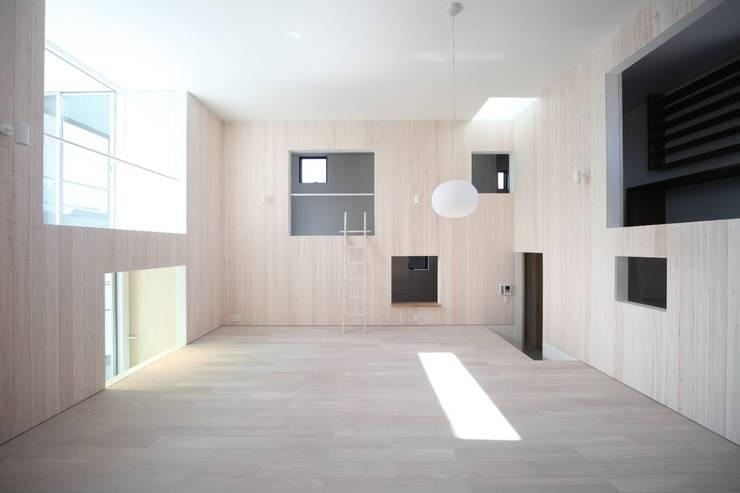 Salones de estilo moderno de JMA(Jiro Matsuura Architecture office)