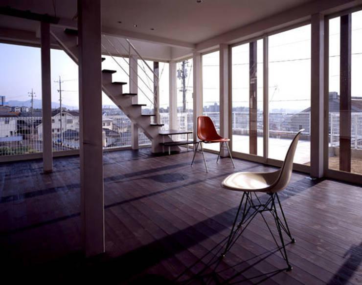 「育てる家 」: 有限会社アルキプラス建築事務所が手掛けたリビングです。