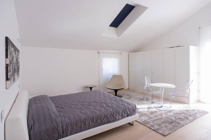 Residenza al mare 2014: Camera da letto in stile in stile Moderno di Andrea Tommasi