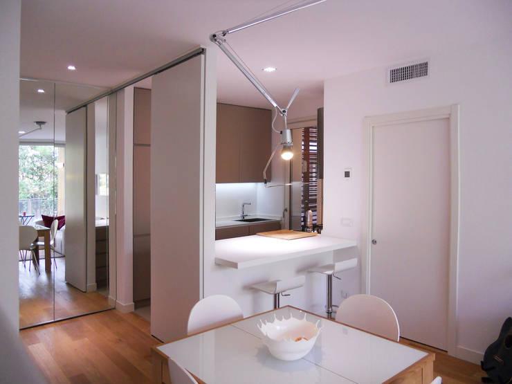 Appartamento a Segrate: Sala da pranzo in stile  di bdastudio