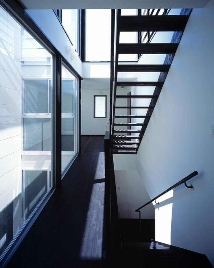 H HOUSE in hiroshima: 有限会社アルキプラス建築事務所が手掛けた廊下 & 玄関です。