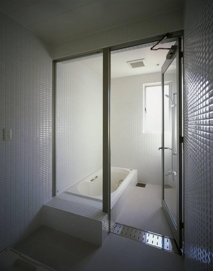くまののいえ: 有限会社アルキプラス建築事務所が手掛けた浴室です。,