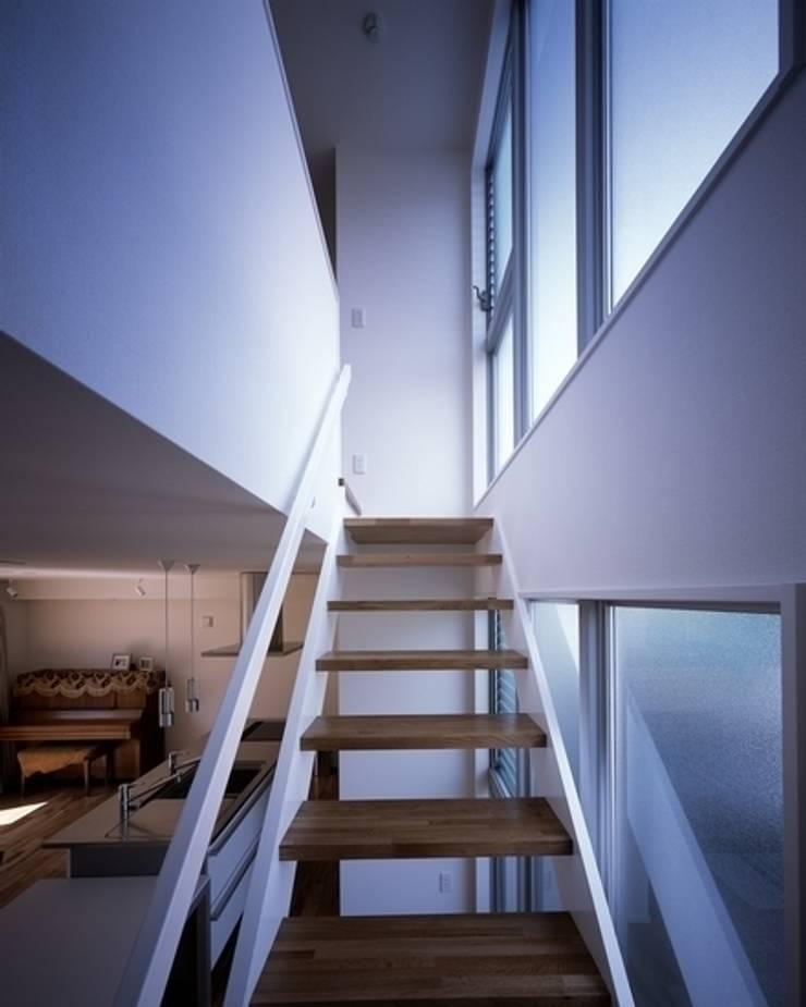 Pasillos y hall de entrada de estilo  por 有限会社アルキプラス建築事務所, Moderno