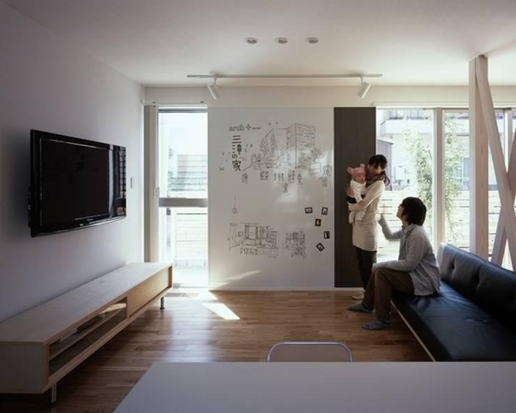 Livings de estilo  por 有限会社アルキプラス建築事務所, Moderno