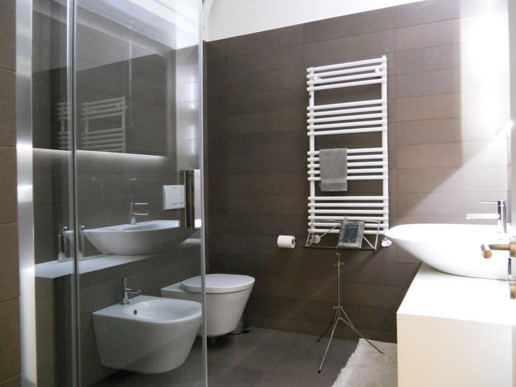 Appartamento a Segrate: Bagno in stile  di bdastudio