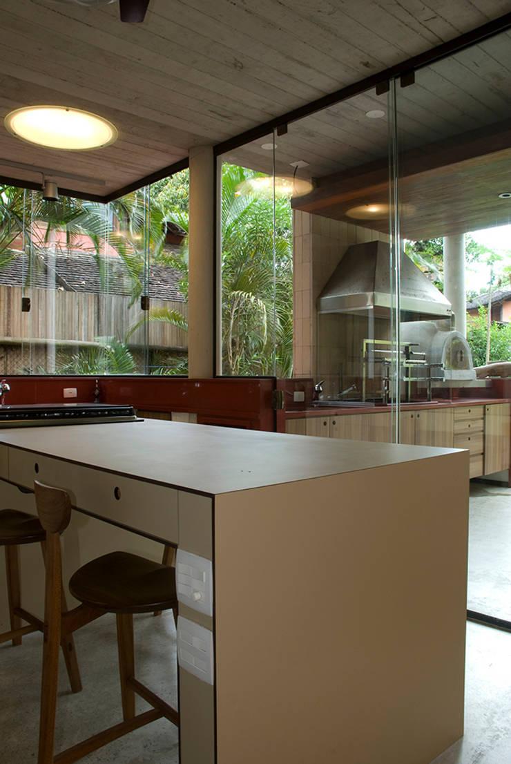 Santiago | casa praia: Cozinhas  por ARQdonini Arquitetos Associados,