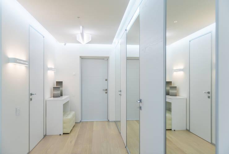WHITE & WHITE: Коридор и прихожая в . Автор – ANNA SHEMURATOVA \ interior design