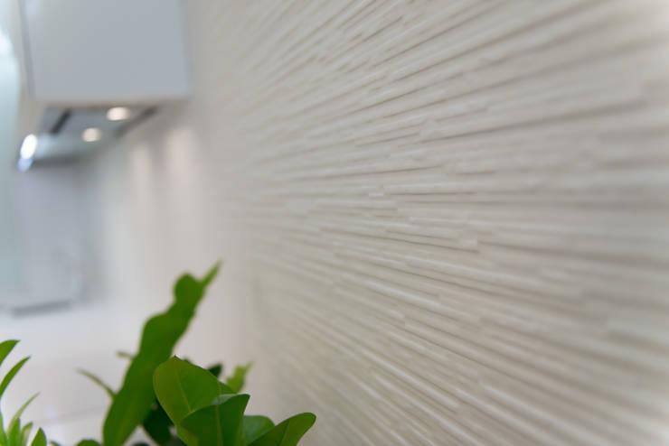 WHITE & WHITE: Стены и пол в . Автор – ANNA SHEMURATOVA \ interior design