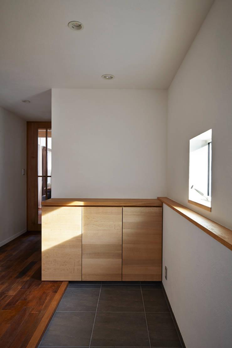 エントランスホール: 1級建築士事務所 アトリエ フーガが手掛けた廊下 & 玄関です。