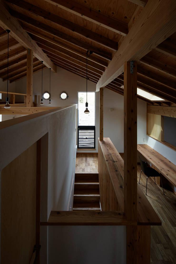プライベートなホール: 1級建築士事務所 アトリエ フーガが手掛けた和室です。