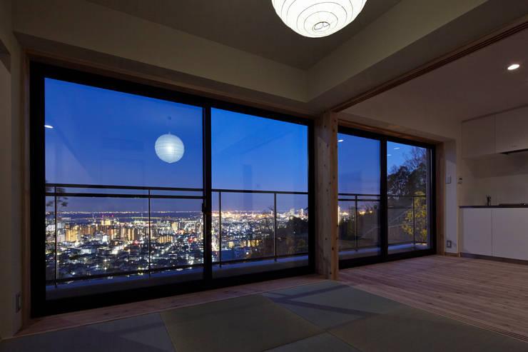桜坂の家: 1級建築士事務所 アトリエ フーガが手掛けた和室です。