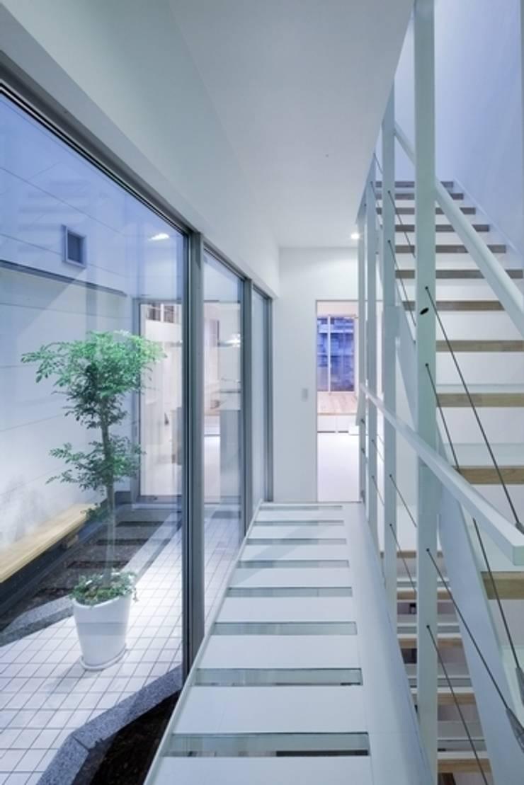 Y-house: 有限会社アルキプラス建築事務所が手掛けた庭です。,モダン