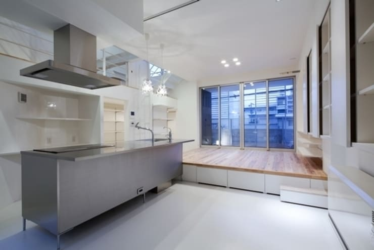 Y-house: 有限会社アルキプラス建築事務所が手掛けたリビングです。