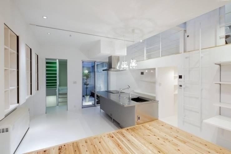 Y-house: 有限会社アルキプラス建築事務所が手掛けたリビングです。,モダン