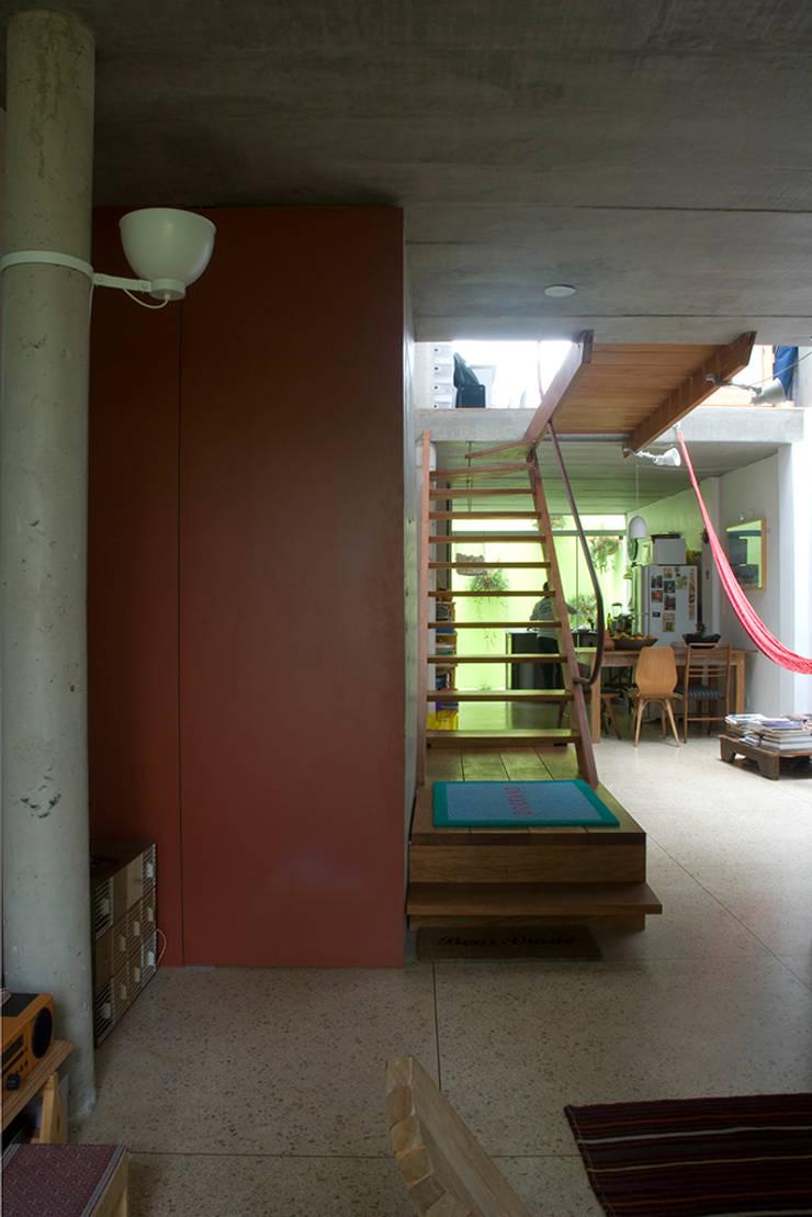 casa Luz   Vila Madalena: Corredores e halls de entrada  por ARQdonini Arquitetos Associados