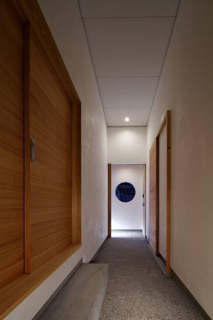 #00a497: 有限会社アルキプラス建築事務所が手掛けた廊下 & 玄関です。