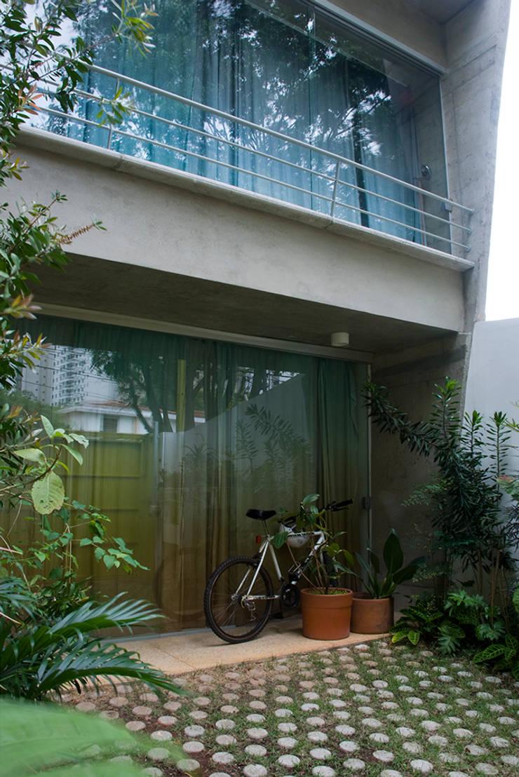 casa Luz   Vila Madalena: Casas  por ARQdonini Arquitetos Associados