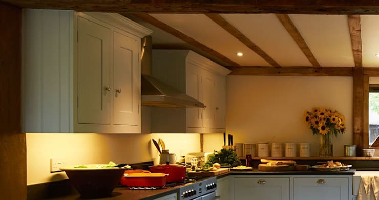 Barn Conversion Family Shaker Kitchen By Luxmoore & Co:  Kitchen by Luxmoore & Co