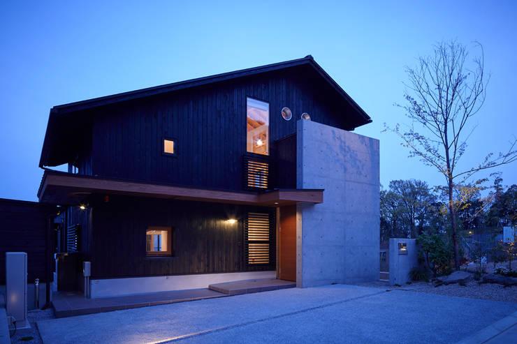 夜の風景: 1級建築士事務所 アトリエ フーガが手掛けた家です。,北欧