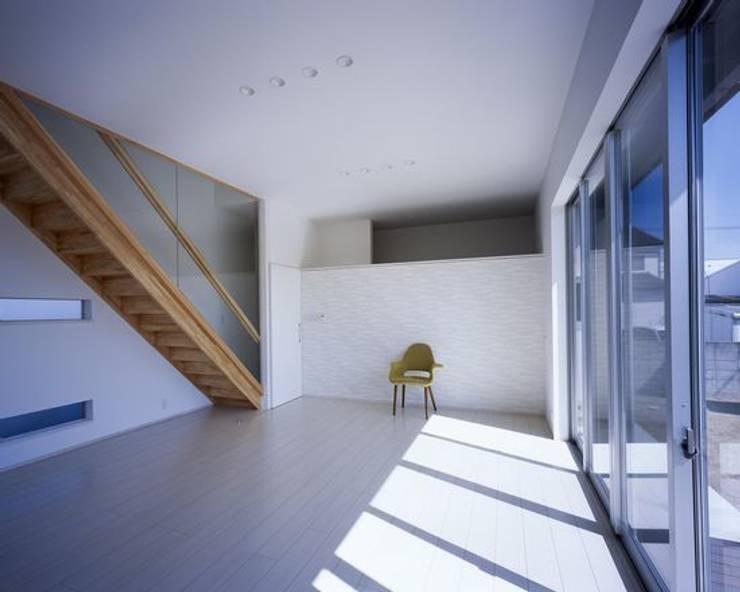 倉敷の家: 有限会社アルキプラス建築事務所が手掛けたリビングです。