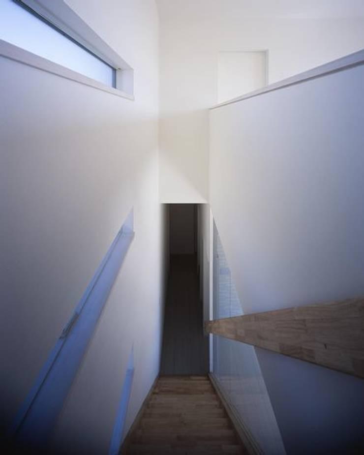 倉敷の家: 有限会社アルキプラス建築事務所が手掛けた廊下 & 玄関です。