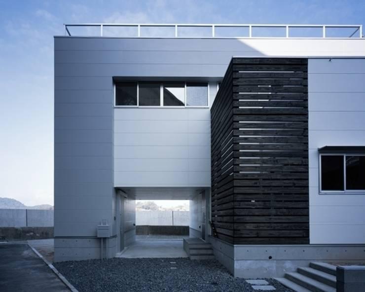 坂の下の家: 有限会社アルキプラス建築事務所が手掛けた家です。