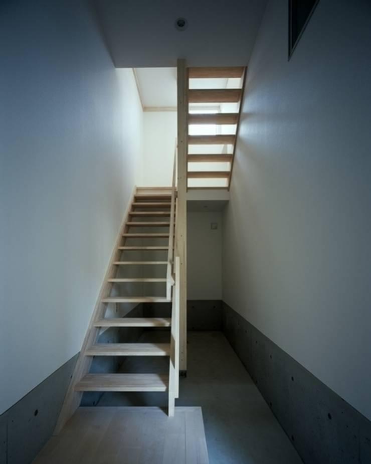 坂の下の家: 有限会社アルキプラス建築事務所が手掛けた廊下 & 玄関です。