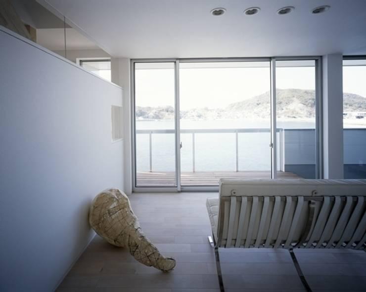 坂の下の家: 有限会社アルキプラス建築事務所が手掛けたリビングです。