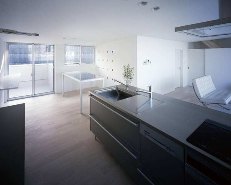 坂の下の家: 有限会社アルキプラス建築事務所が手掛けたキッチンです。