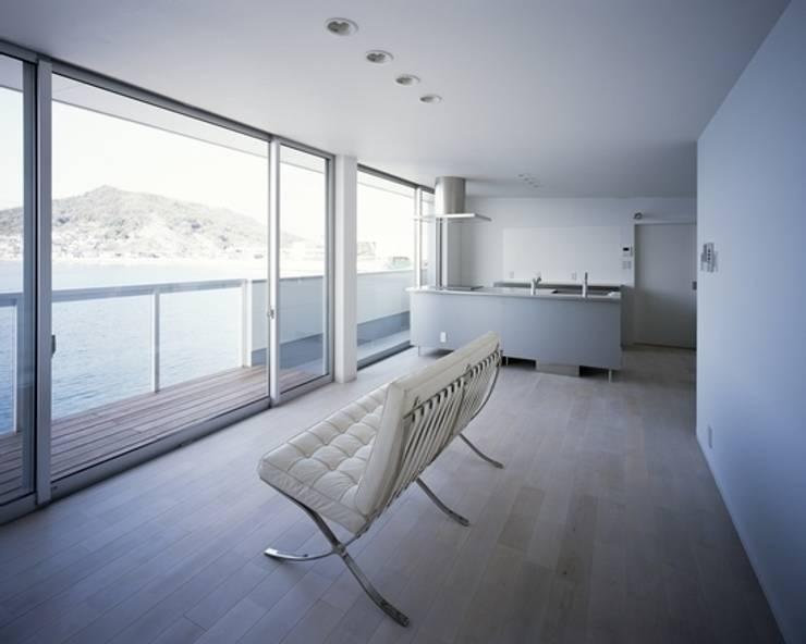 Salas de estar  por 有限会社アルキプラス建築事務所