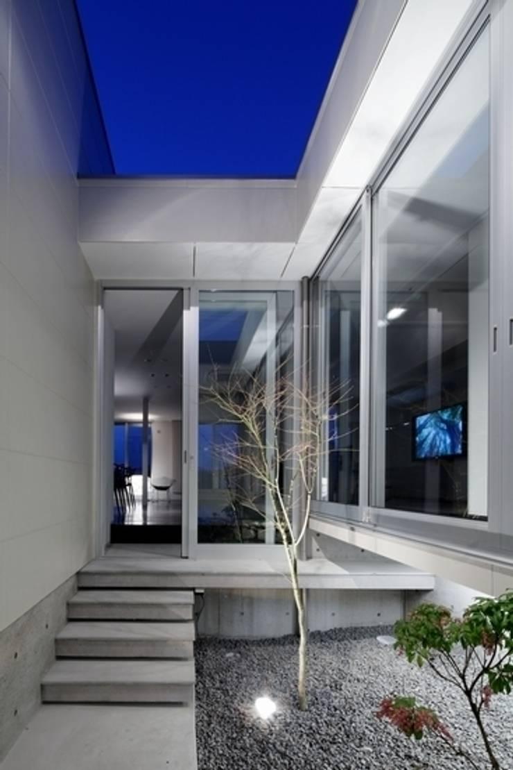 坂の上の家: 有限会社アルキプラス建築事務所が手掛けた庭です。