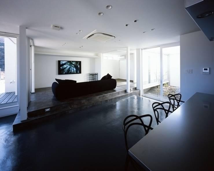 坂の上の家: 有限会社アルキプラス建築事務所が手掛けたリビングです。