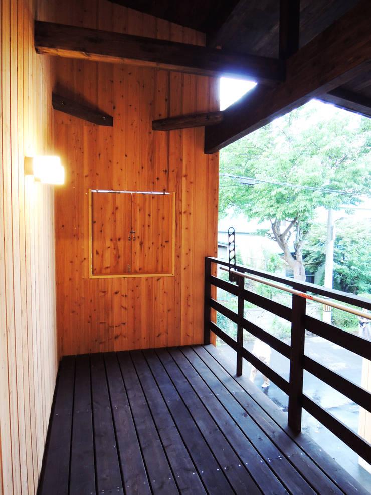 円山 どんぐりハウス: 有限会社 伊達計画所が手掛けたテラス・ベランダです。