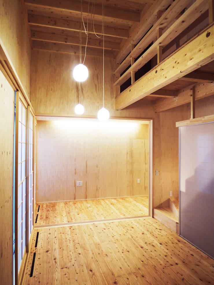 円山 どんぐりハウス: 有限会社 伊達計画所が手掛けたリビングです。