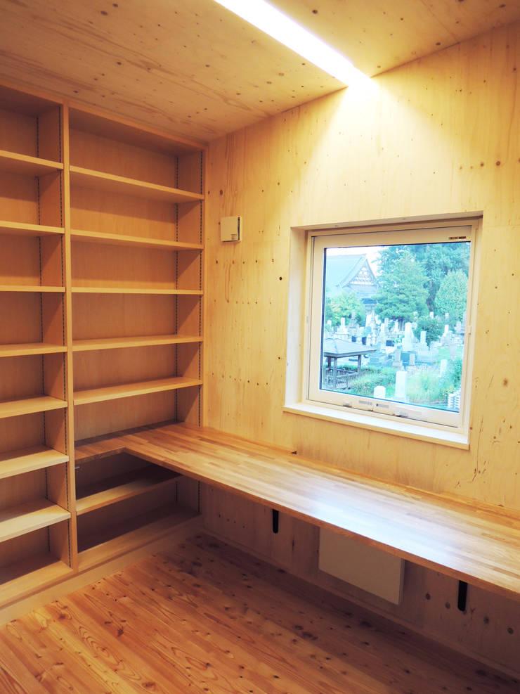 円山 どんぐりハウス: 有限会社 伊達計画所が手掛けた書斎です。