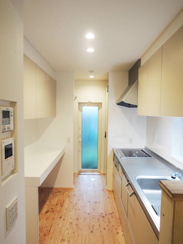 円山 どんぐりハウス: 有限会社 伊達計画所が手掛けたキッチンです。