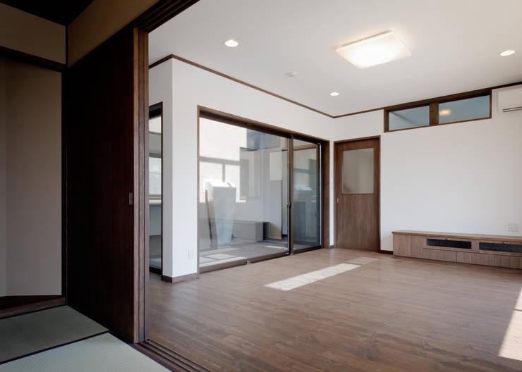 リビング・中庭面 和風デザインの リビング の KEN-空間設計 和風