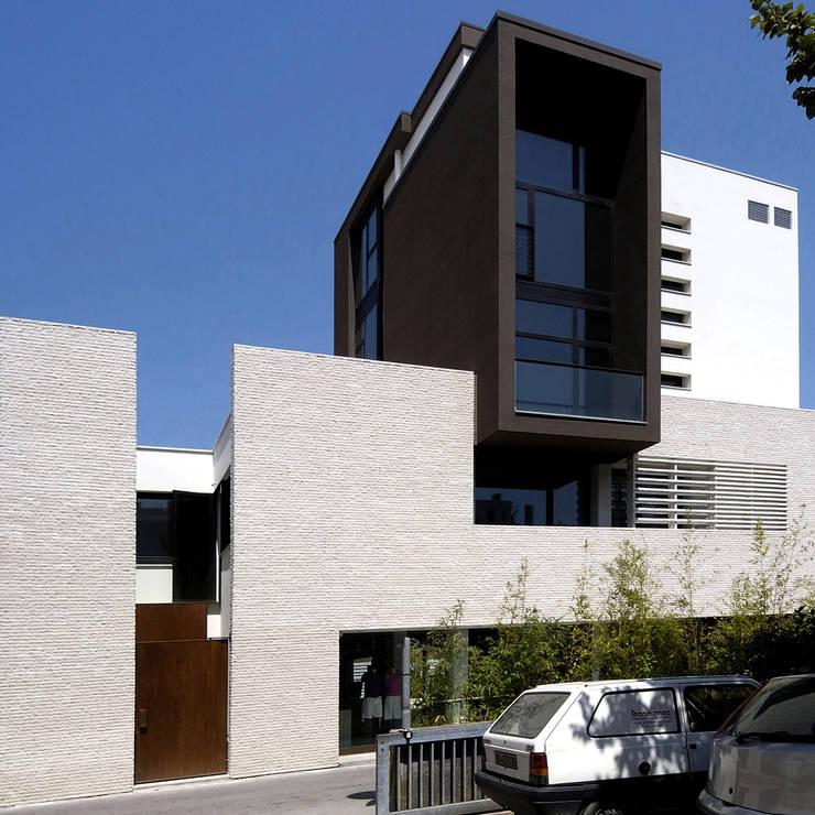 Palazzina Stilmoda, Edificio residenziale ed attività commerciale, Lignano Sabbiadoro,  Udine,  Italia: Case in stile in stile Moderno di ARCABI ASSOCIATES