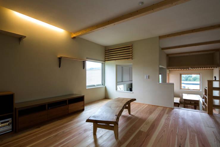 円山西町 木箱: 有限会社 伊達計画所が手掛けたリビングです。,