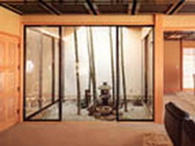 武蔵野現代数奇屋の家坪庭: 株式会社 山本富士雄設計事務所が手掛けた庭です。