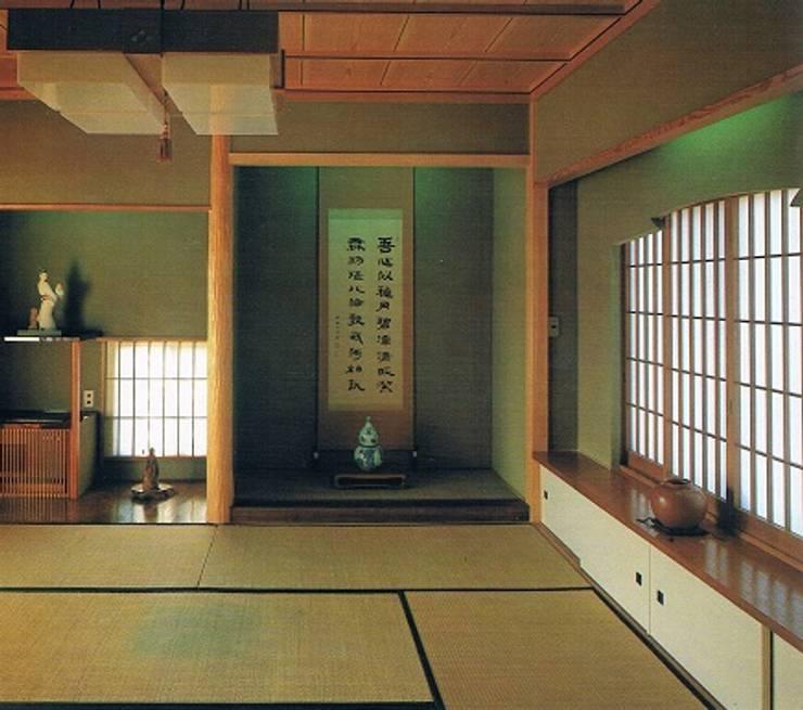南北に細長い中庭の混在する現代数寄屋の家2階和室寝室: 株式会社 山本富士雄設計事務所が手掛けた寝室です。