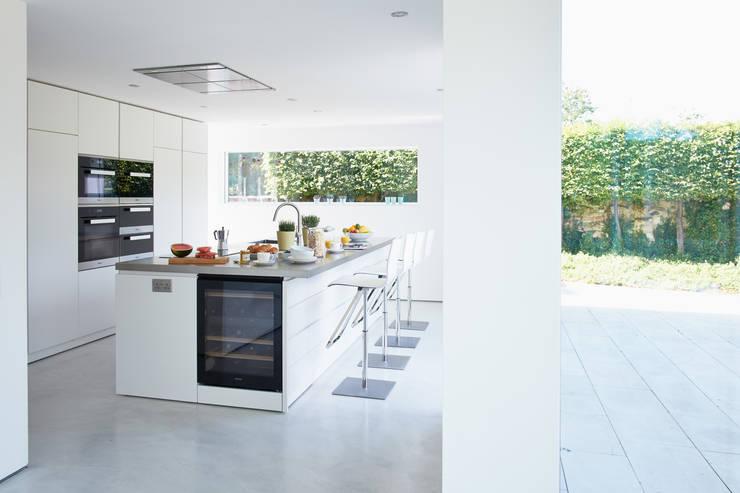 Bespoke Minimalist Kitchen By Luxmoore & Co:  Kitchen by Luxmoore & Co