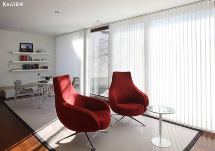 Cortinas verticales para oficinas - Kaaten: Estudios y despachos de estilo  de Kaaten