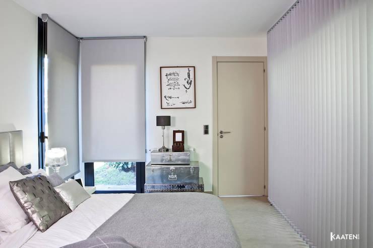 Cortinas verticales y enrollables de dormitorio - Kaaten: Dormitorios de estilo  de Kaaten