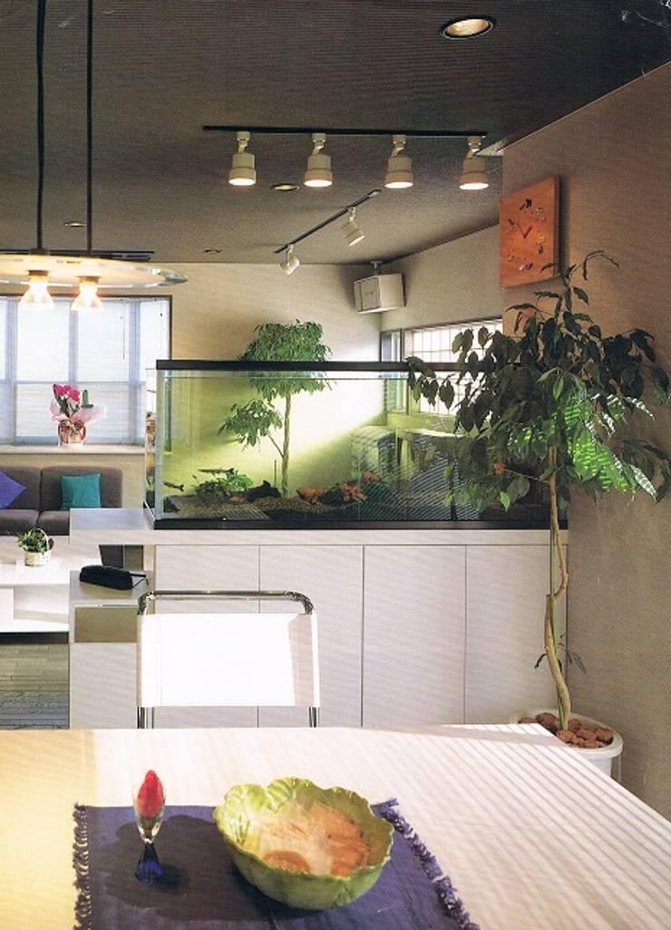 完全独立型二世帯住宅 親子が仲良く暮らす家2階居間・ダイニングルーム: 株式会社 山本富士雄設計事務所が手掛けた和室です。