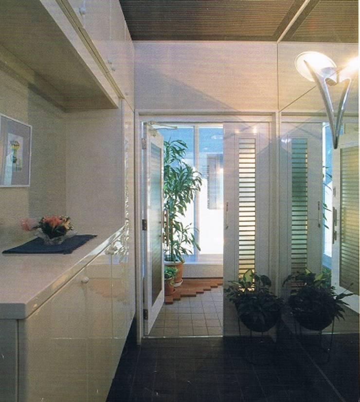 完全独立型二世帯住宅 親子が仲良く暮らす家2階玄関ホール: 株式会社 山本富士雄設計事務所が手掛けた廊下 & 玄関です。