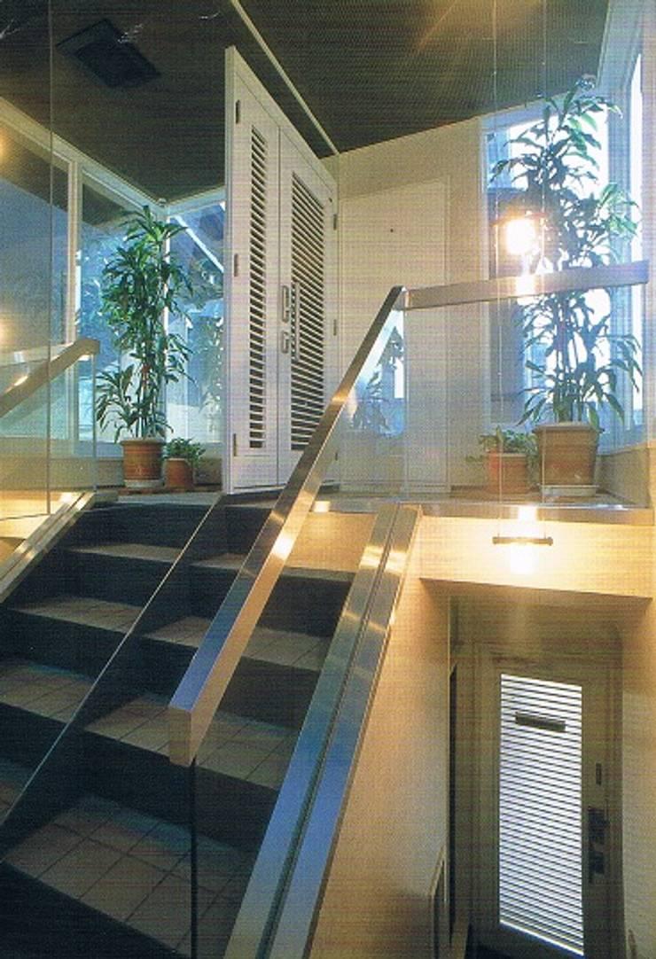 完全独立型二世帯住宅 親子が仲良く暮らす家階段室: 株式会社 山本富士雄設計事務所が手掛けた廊下 & 玄関です。